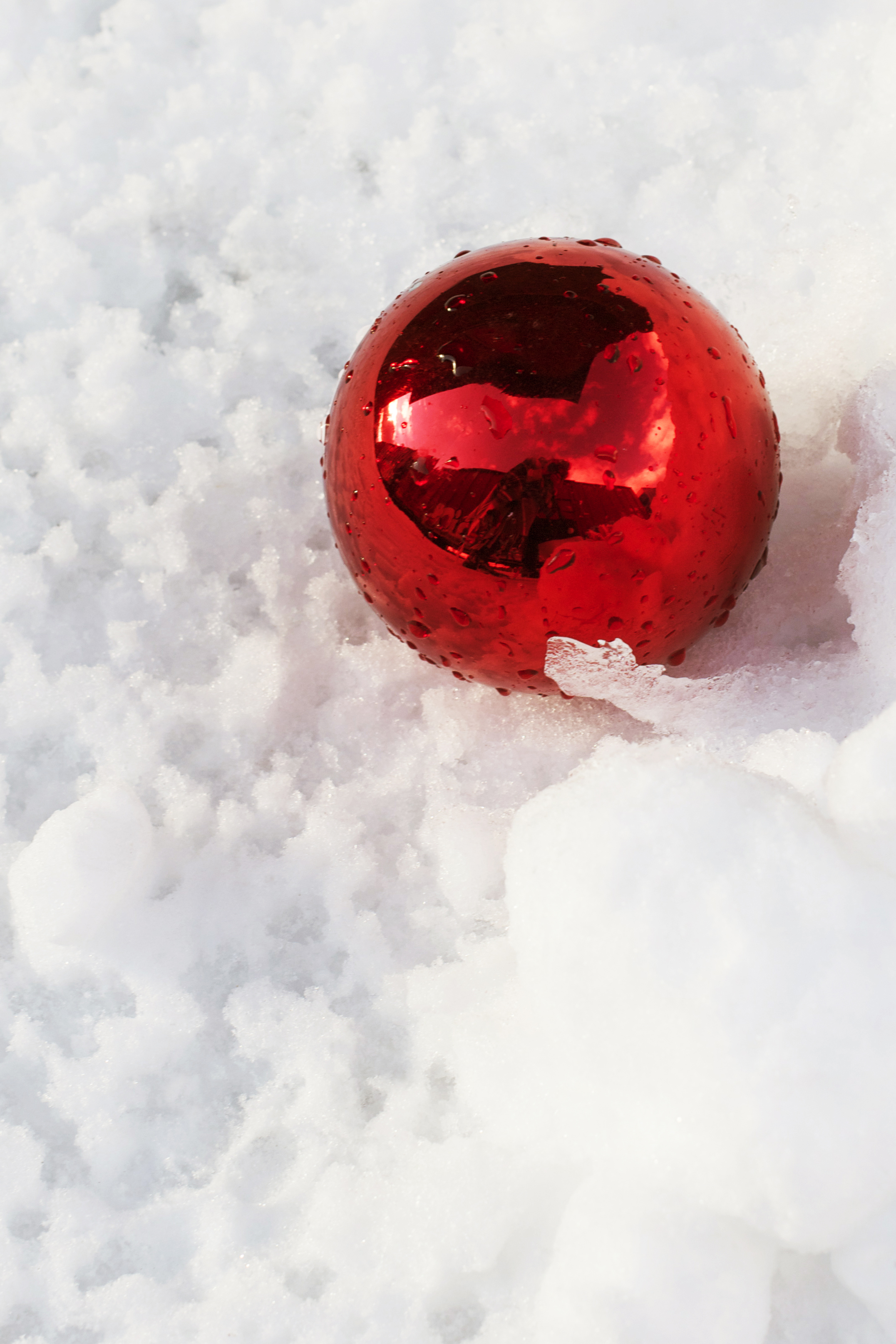red-xmas-ornament-in-the-snow.jpg
