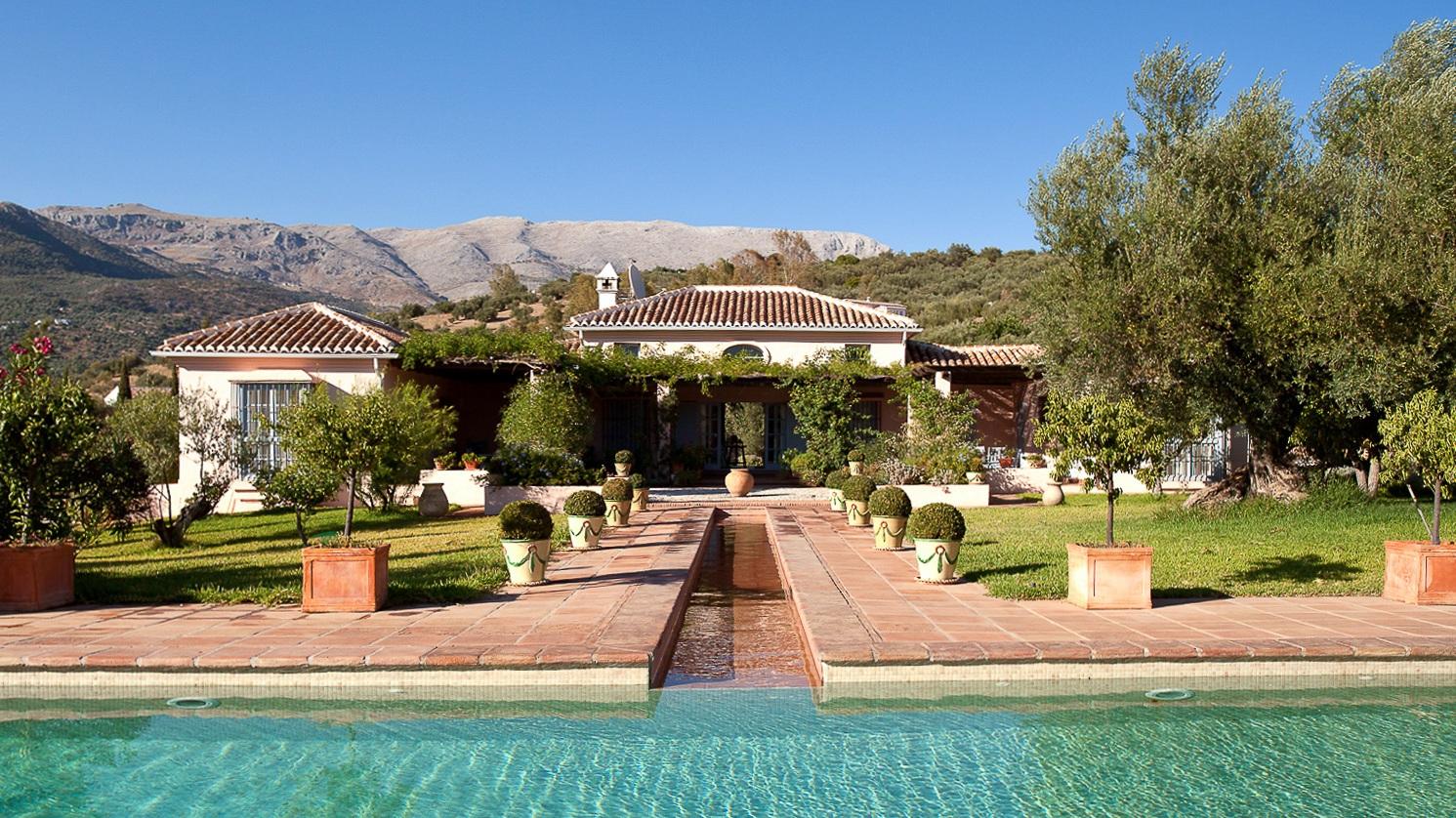 rosa swimming pool to house-2.jpg