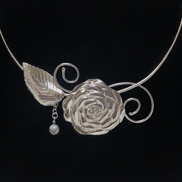 #rosenecklace #sterlingsilverrose #necklace #fashionjewelry #sterlingsilverjewelry #wearableart #silvercreations #handmadejewelry #moderndesign #jewelryart #jewelrylove #contemporaryjewelry #naturejewelry #naturalstonejewelry #highendjewelry #jewelrymaker #jewelrystyle #jewelrydesigner #flowerjewelry #originaljewelry #uniquejewelry #sterlingsilvernecklace #originalaccessories #creativejewelry #oneofakindjewelry #madeincolorado