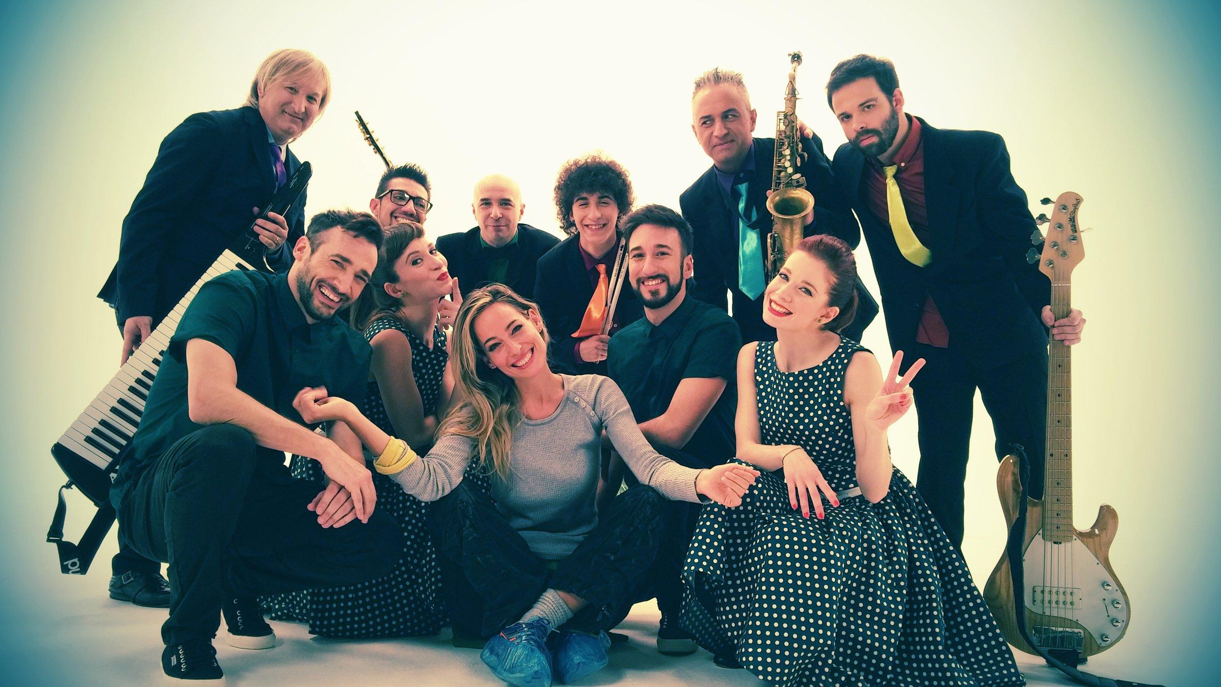 Jessica con i ballerini e musicisti del suo cast di uno spot televisivo che ha coreografato