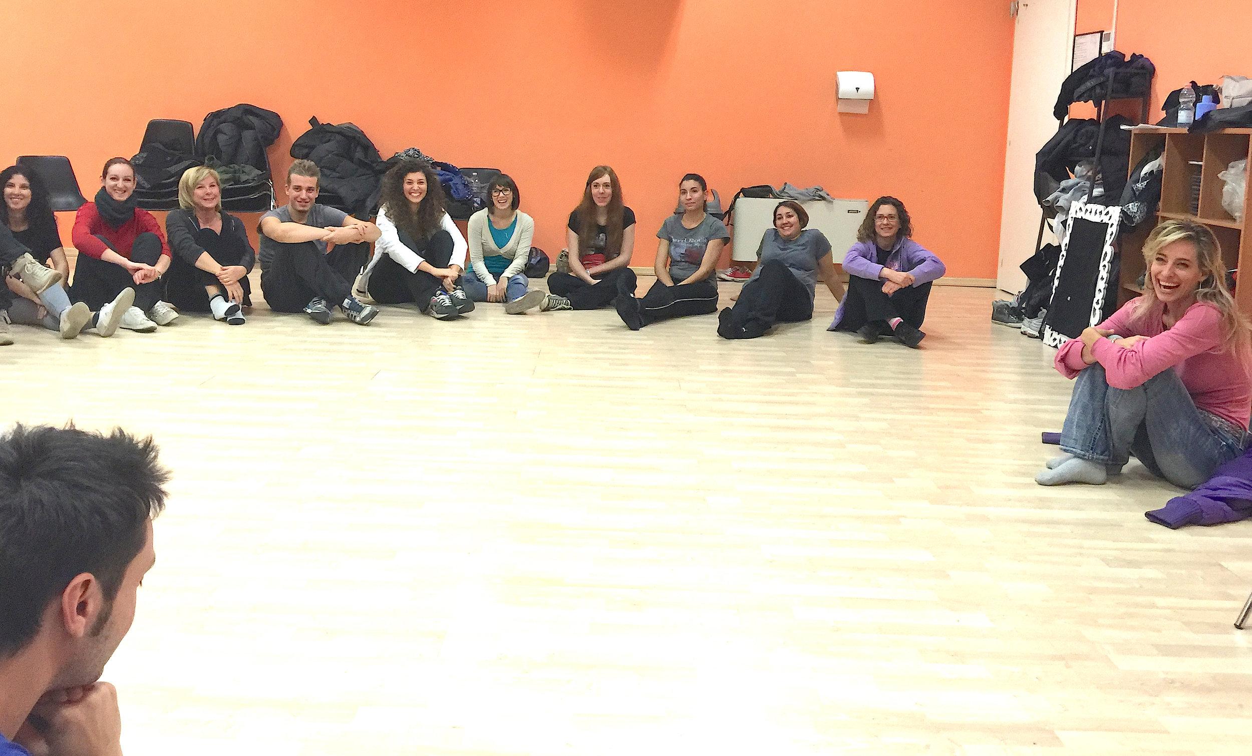 Jessica insegna ad una master class di gruppo per un'accademia di musical