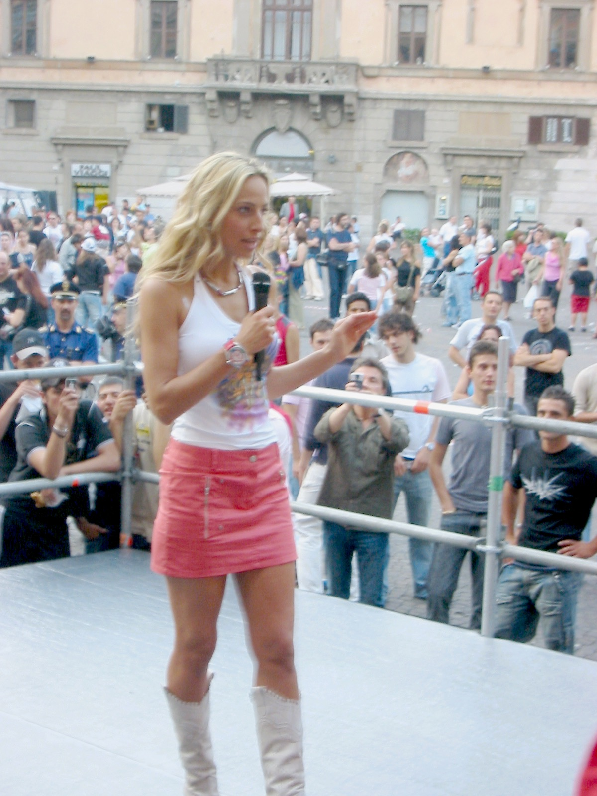 "Jessica hosting televised network outdoor concert series ""Festivalbar"""