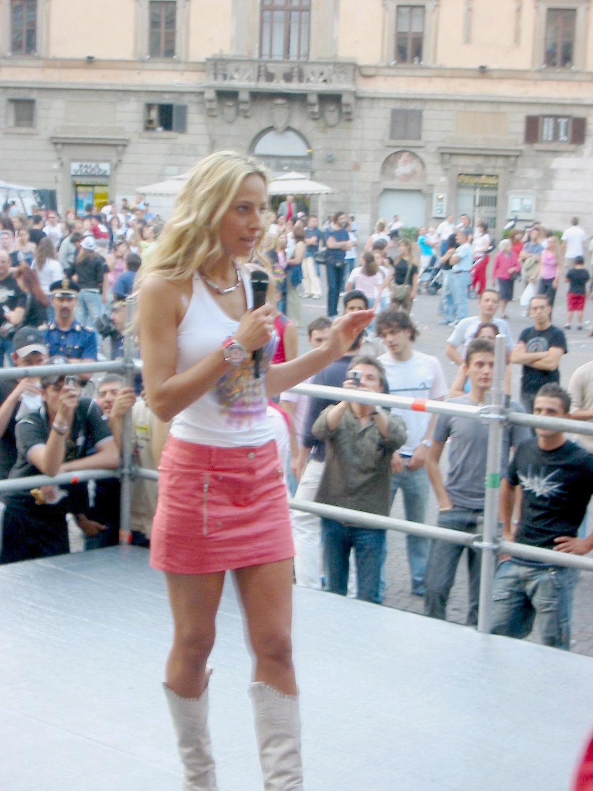 Jessica conduce il backstage del Festivalbar