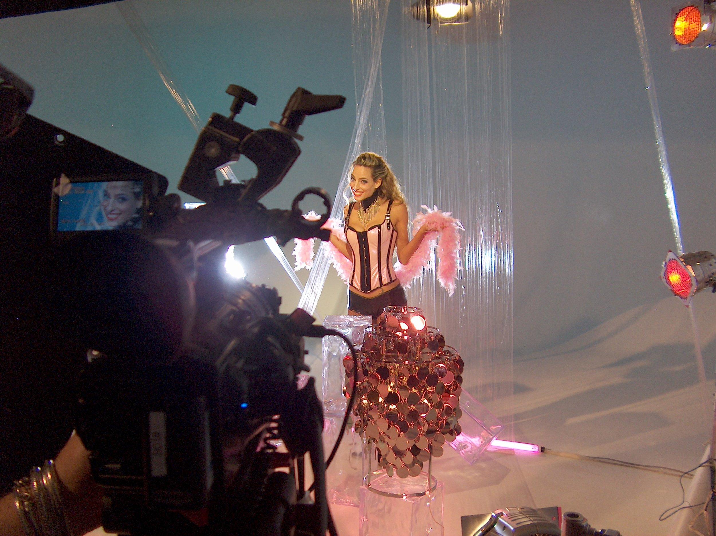 """Jessica dietro le quinte durante le riprese della sua trasmissione comica """"Sputnik"""" per Italia1"""