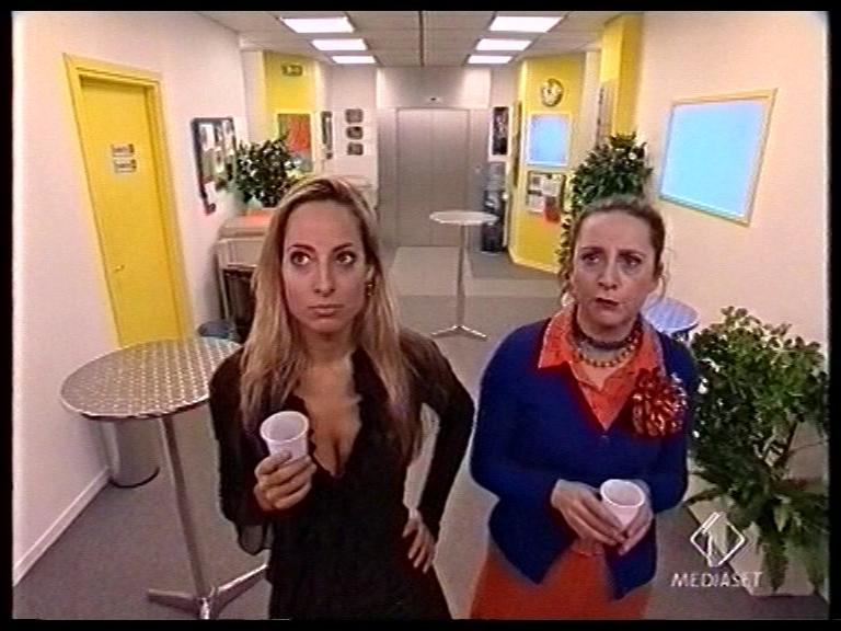 """Jessica e Debora Villa (""""Patti"""") in una scena di Camera Cafe' per Italia1"""