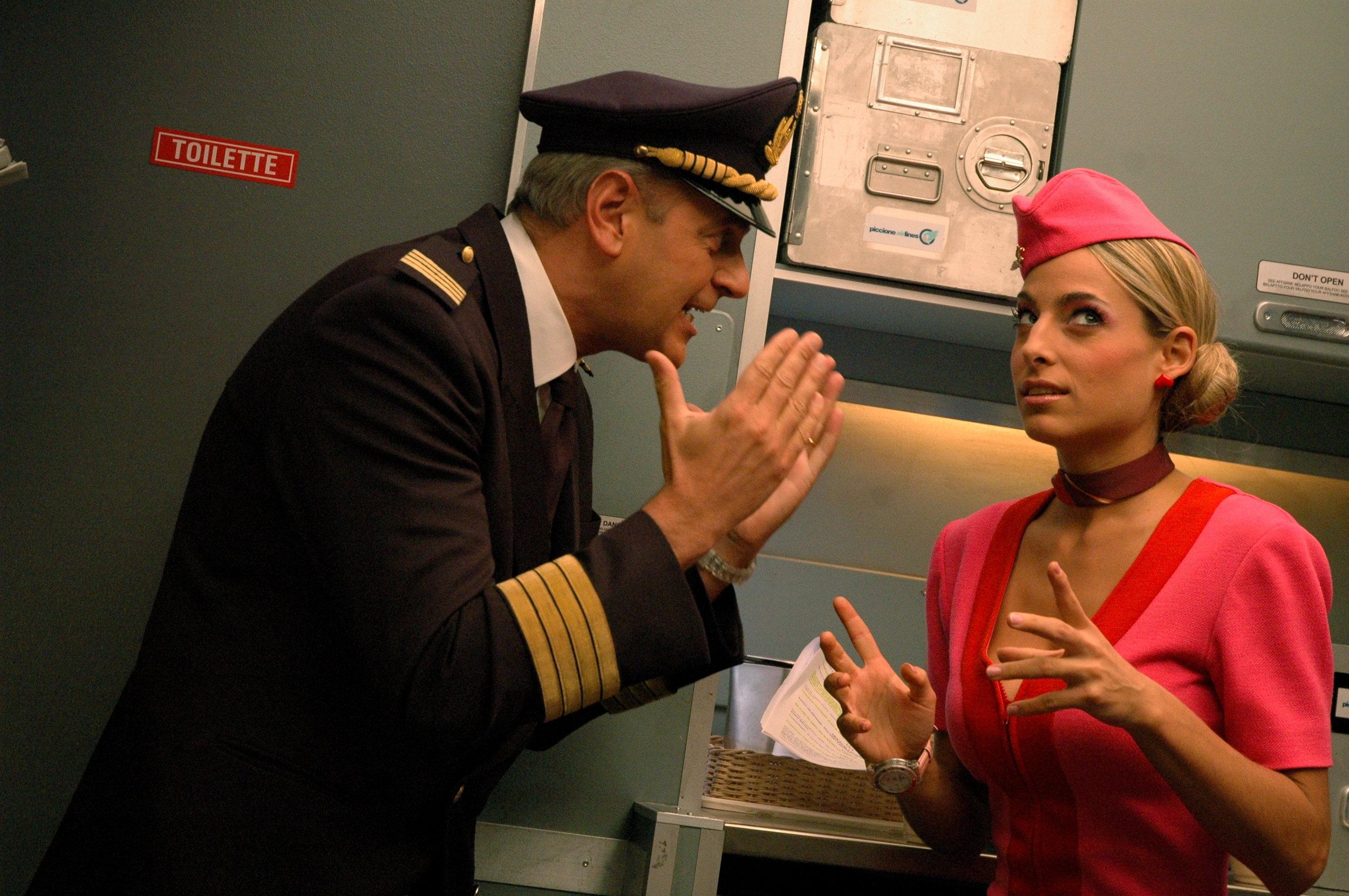 Jessica e Enrico Bertolino in una scena tratta dalla sitcom Piloti per la RAI