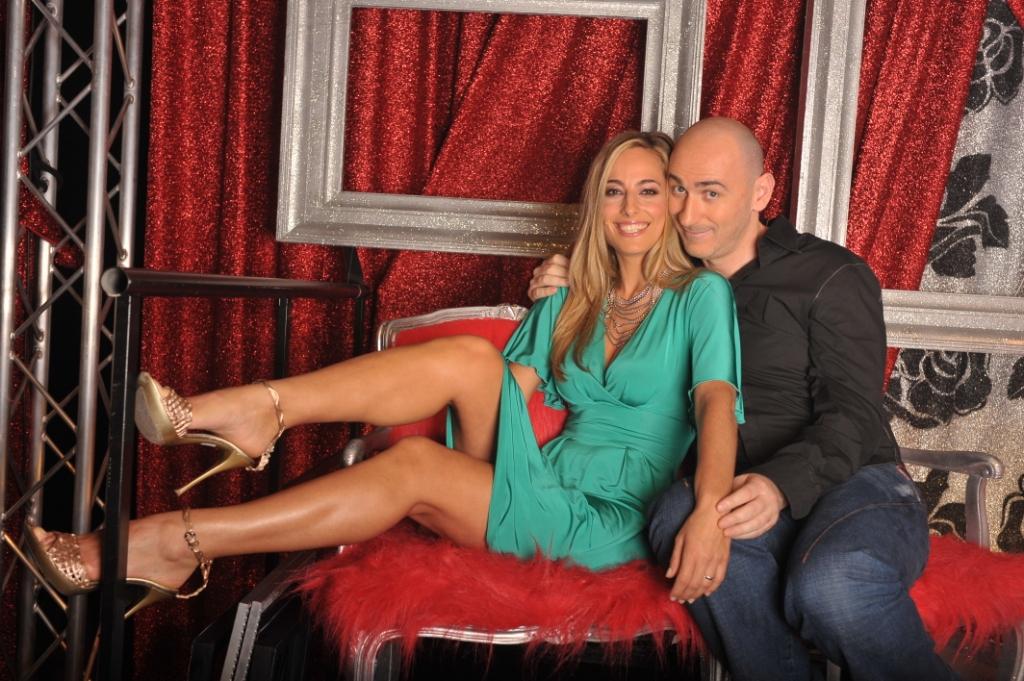 Jessica e il comico Sergio Sgrilli nella giuria del talent Singing Office di SKY