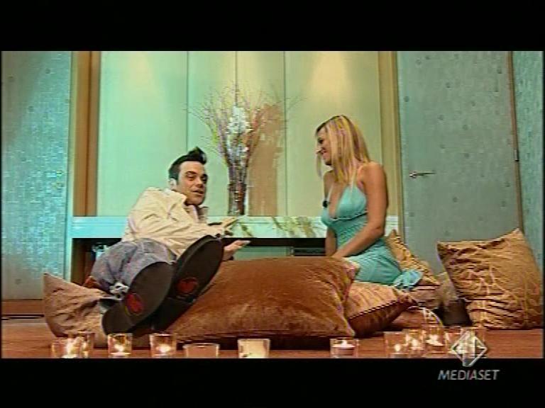 Jessica nella sua trasmissione su Italia 1 intervista Robbie Williams