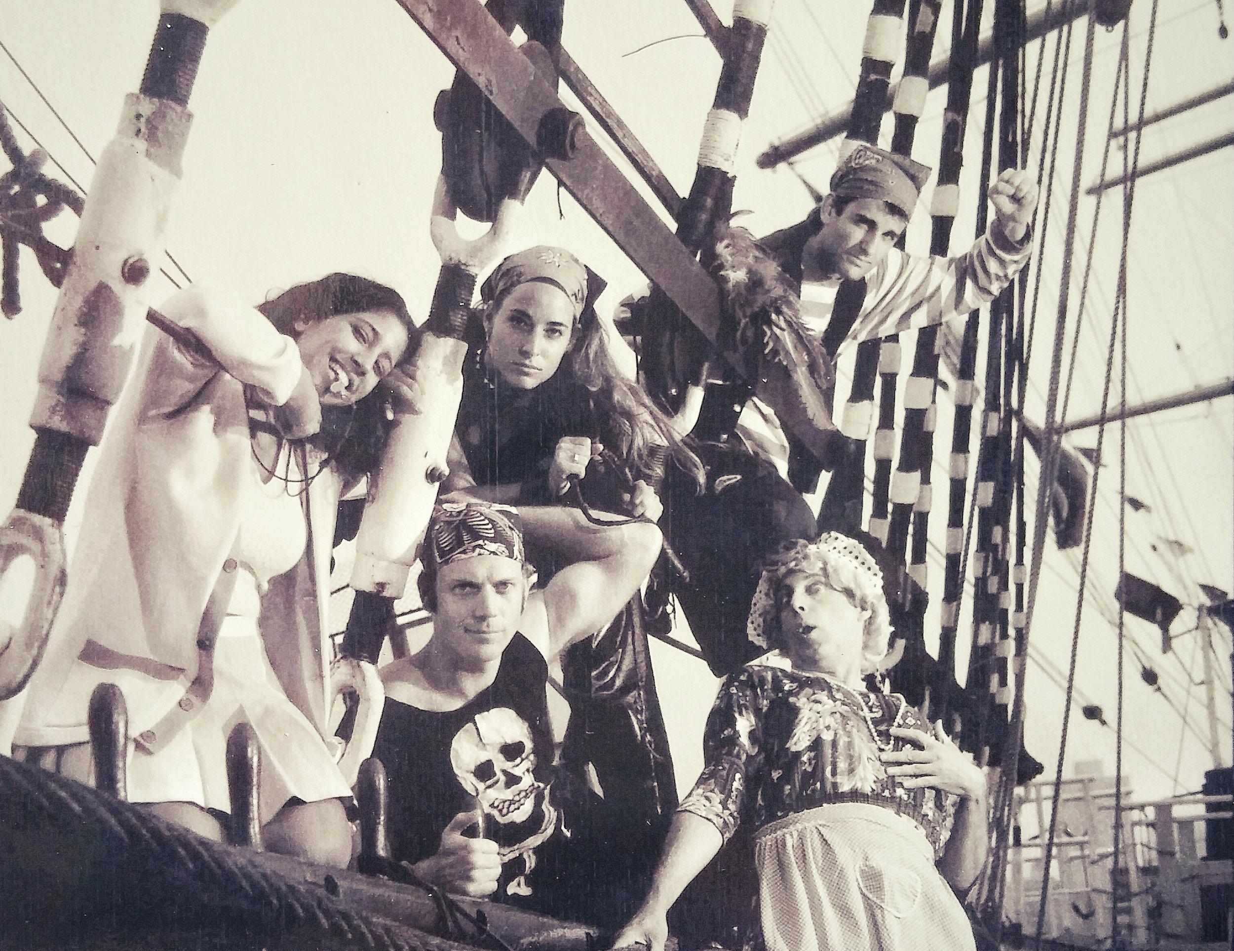 """Jessica e il cast dello spettacolo Off-Broadway """"Pirates of Penzance"""", in copertina del giornale The Village Voice, NYC"""