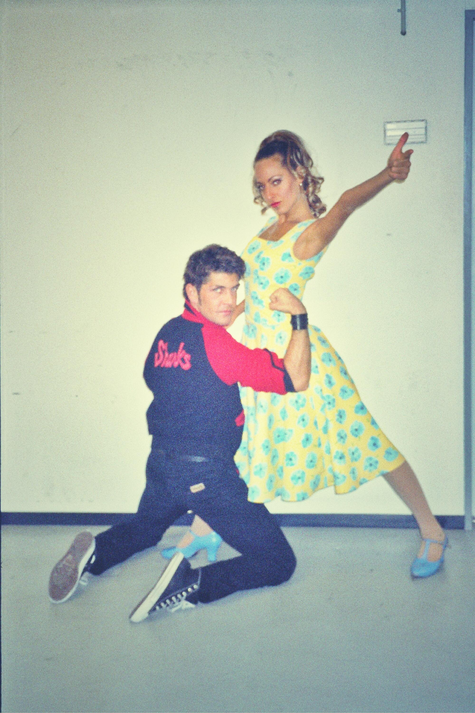 """Jessica ed un collega nel backstage durante il tour mondiale del musical di Broadway, """"West Side Story"""""""