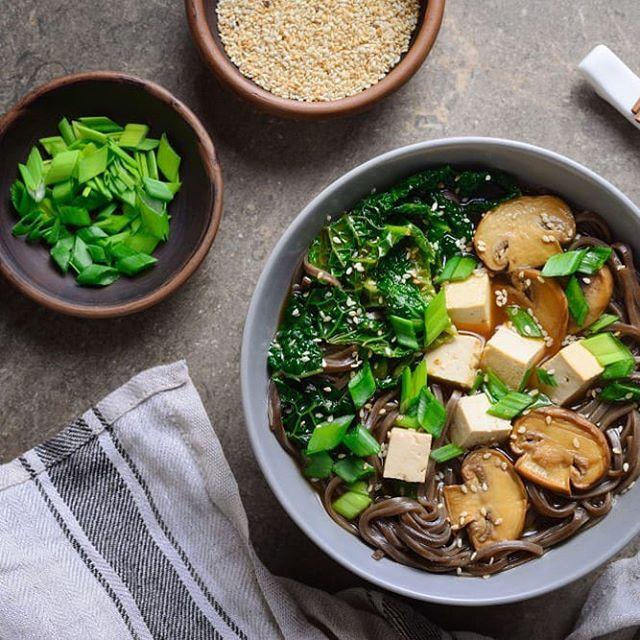 Diese Ramen-Suppe sieht nicht nur lecker aus, du wirst sie lieben! Tofu ist ein super Proteinlieferant und gibt dir Energie für ein aktives Wochenende!  This Ramen soup isn't only a looker but tastes amazing too. Tofu is a great source of protein and gives you energy for an active weekend.  #tofu #recipes #Inspiration #healthy #myfoodways #sustainable