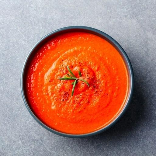 Frischx farbenfroh, saisonal, schnell und einfach: Diese Tomatensuppe hat es in sich. #myfoodways #rezeptidee #saisonal #Inspiration #kochen