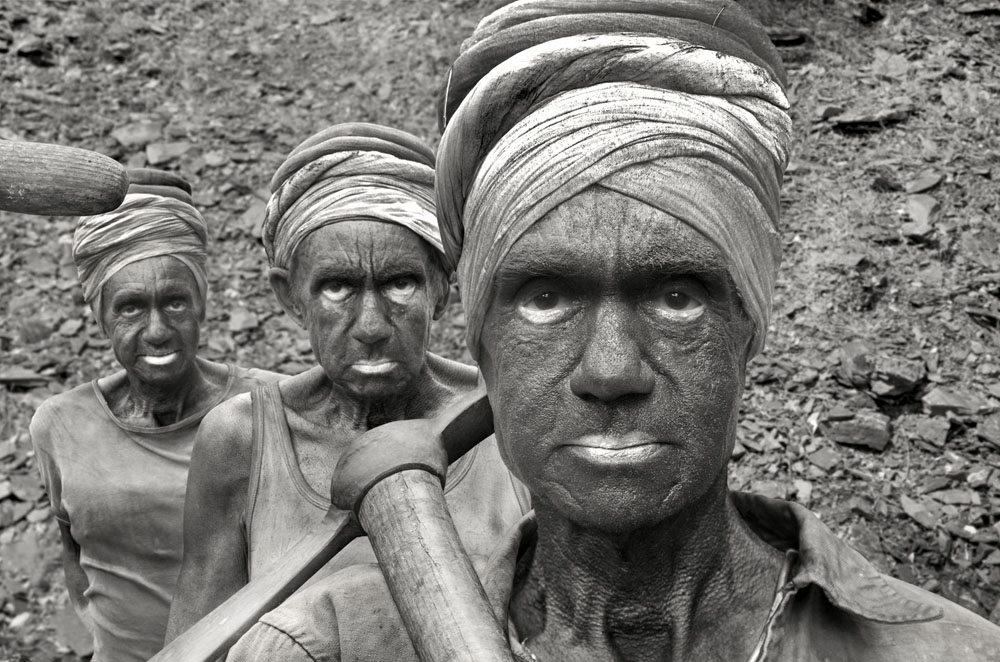 Copy of « LOOKING FOR THE MASTERS IN RICARDO'S GOLDEN SHOES #79 (TRIBUTE TO SEBASTIAO SALGADO, COAL MINE, DHANBAD, 1989) » BY CATHERINE BALET
