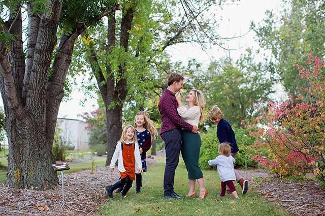 My heart 🧡 These are some of my favourite peeps. I can't get enough of these little cuties (mom and dad aren't so bad either!) @ninazettl @benzettl 🍁 🍂 • • • #saskatoonphotographer #yxephotographer #yxefamilyphotographer #familyphotography #mamashand #makifotos #familyphotos #fallsessions #yxefall #familyportrait #acreativelife #letthekids