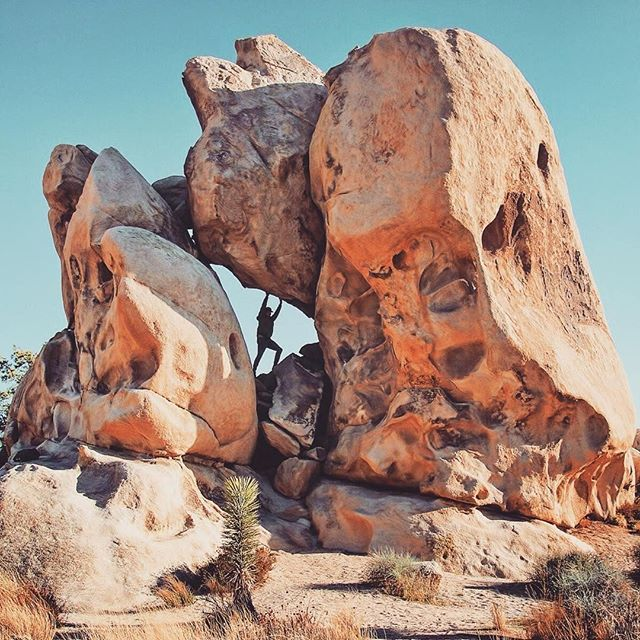 Hidden Valley, Joshua Tree National Park.⠀ 📸 @gentleshadow ⠀ 💪🏻⛰️✨⠀ .⠀ .⠀⠀⠀⠀⠀⠀ .⠀⠀⠀⠀⠀⠀ #airbnb #airbnbphoto @airbnb #vacationrental #airbnbvacationrental #joshuatree
