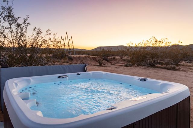 Hot tub at Auroa overlooking the sunset and our #starshipstargate 🌄 .⠀ .⠀⠀ .⠀ 📸 @drpstudios .⠀ .⠀ .⠀ #starshiplanding #starshipluna #airbnb #airbnbphoto @airbnb #vacationrental #airbnbvacationrental #joshuatree #yuccavalley #pioneertown #landers #rimrock #pipescanyon #wondervalley #flamingoheights #aliens #👽⠀ .⠀ 《 Member of the @thecohostcollective 》