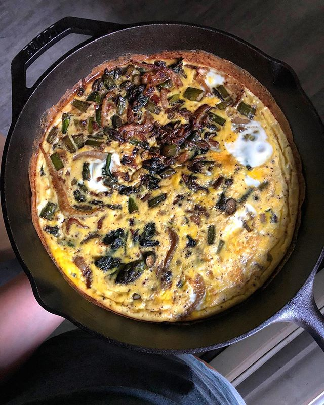 Need weekend brunch ideas? I love making frittatas! They're a great way to use up veggies, super simple to make & tasty. Here's how to make one 👉🏼 . Preheat oven to 400. Sauté veggies and any meat that needs to be cooked in a large cast iron pan. Add any seasonings you like. Then pour in 8-10 eggs, scrambled. (At this point you could top with cheese if that's your thing). Transfer the pan to the oven and bake for 15-20 minutes, until the eggs are firm and edges are starting to brown. Serve with fresh herbs, avocado, something fermented, or any of your other favorite breakfast condiments.  Happy Saturday!! . #frittata #eggs #easybreakfastideas #easyrecipes #mealprep #mealprepinspo #weekendbreakfasts #weekendbrunch #vegetarian #guthealth #brainhealth #nourishyourself #pastureraisedeggs #healthyfats #foodisfuel #foodismedicine #nutrientdense #goodmedicinenutrition