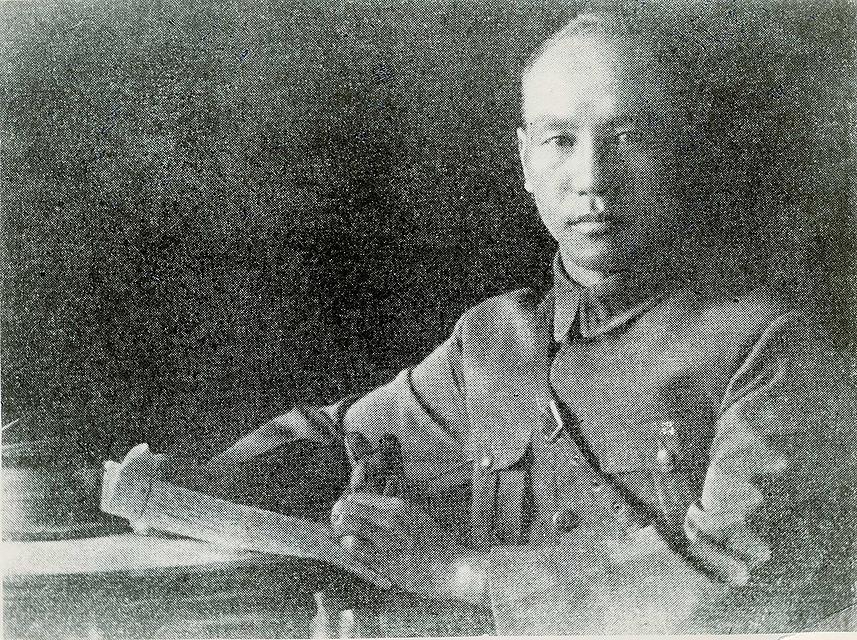 民國15年7月8日,蔣中正先生於廣州就任國民革命軍總司令誓師北伐。(公有領域)