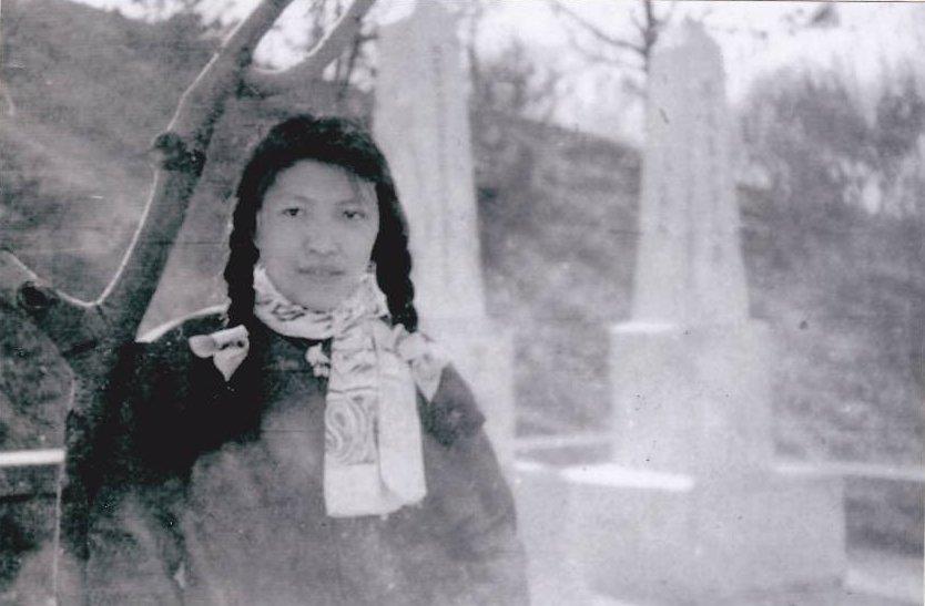 林昭在北京 陶然亭 的 高君宇 及 石評梅 墓前,攝於1959年(公有領域)