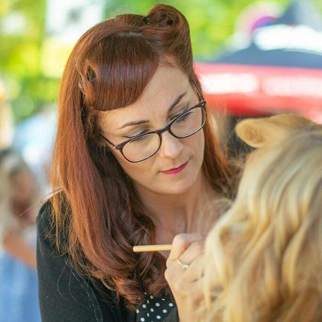 @mademoiselle.coquette.mobile offre coiffures et maquillage rétro gratuit ce week-end au festival @perigueuxvintagedays ! Trop sympa de voir tout le monde habillé en look vintage