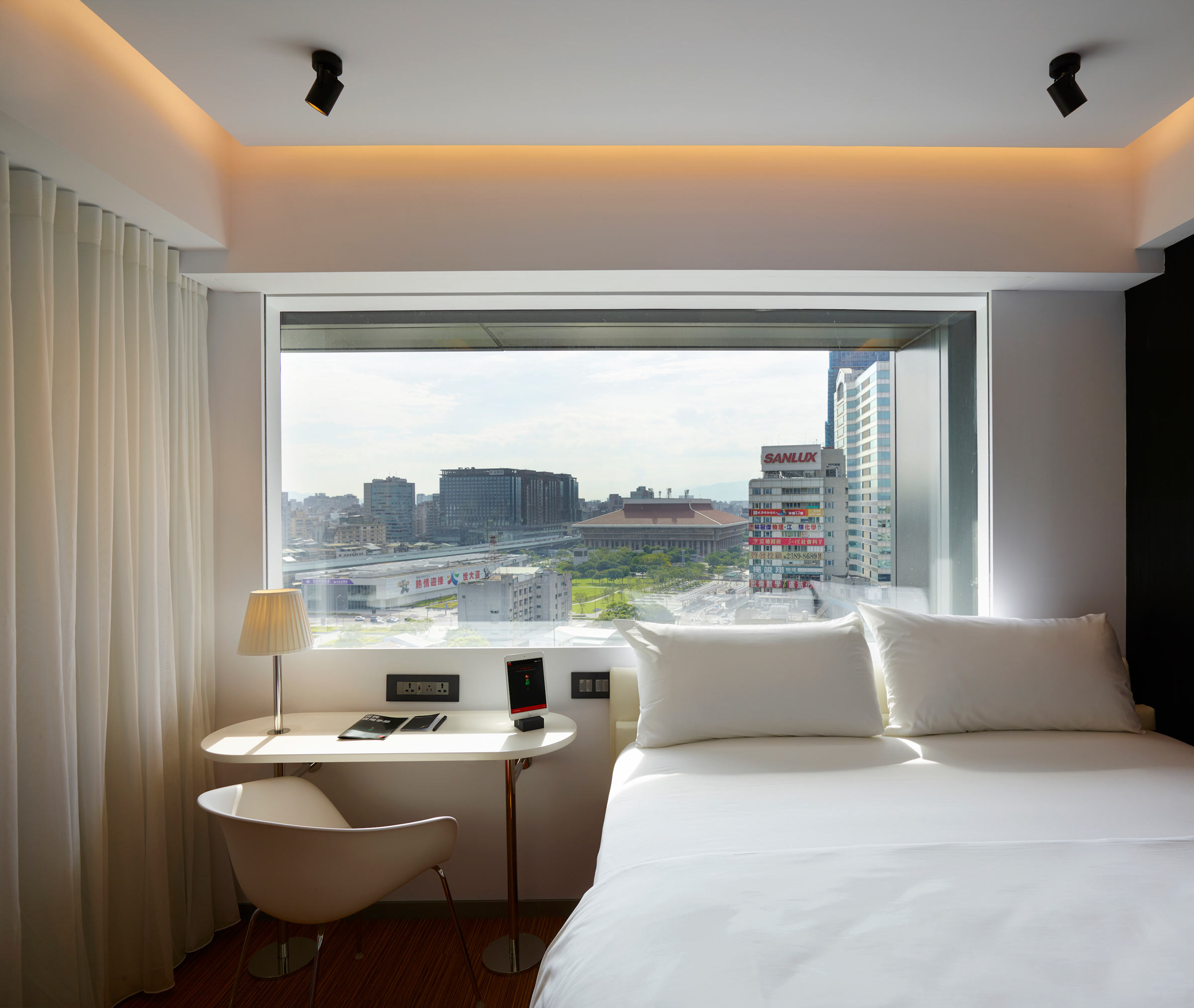 citizenM-Taipei-North-Gate---Bedroom-2.jpg