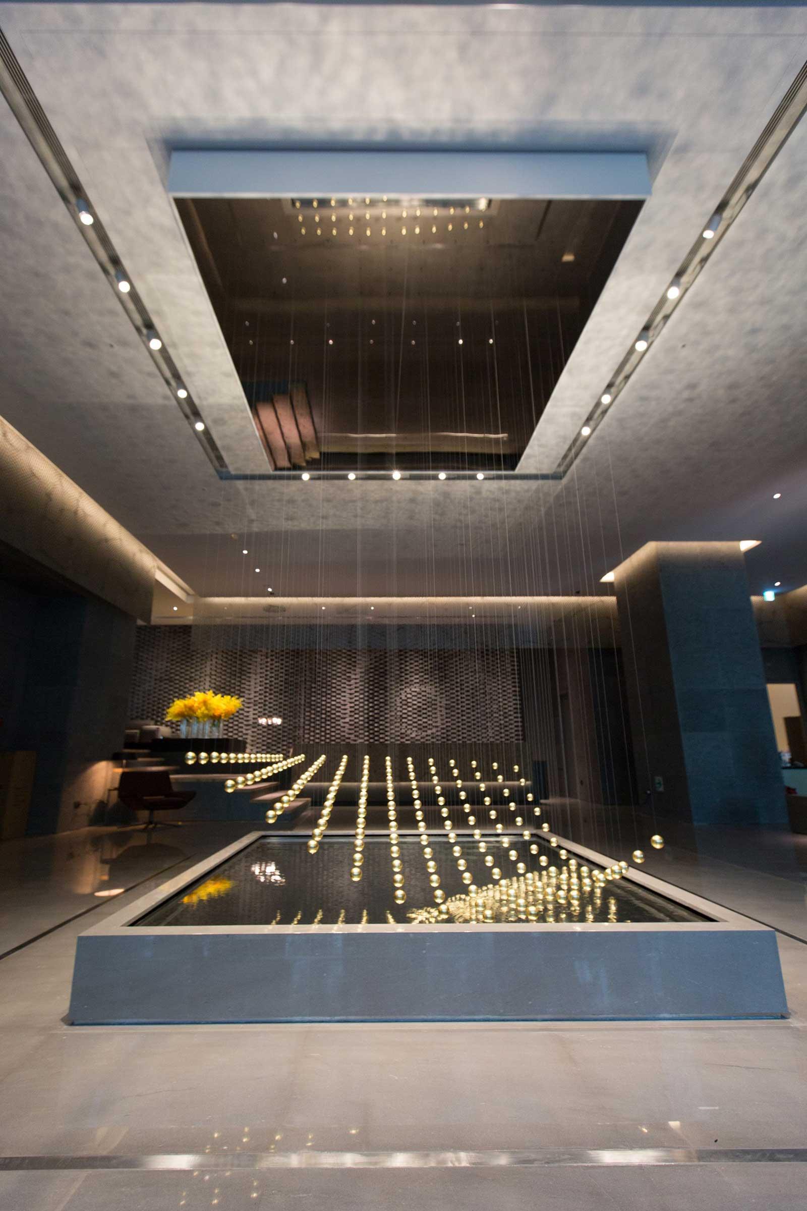 晶英國際行館一樓大廳最大亮點,來自德國Art+Com設計創作4D浮空動力裝置藝術「舞動的粒子」-(1).jpg