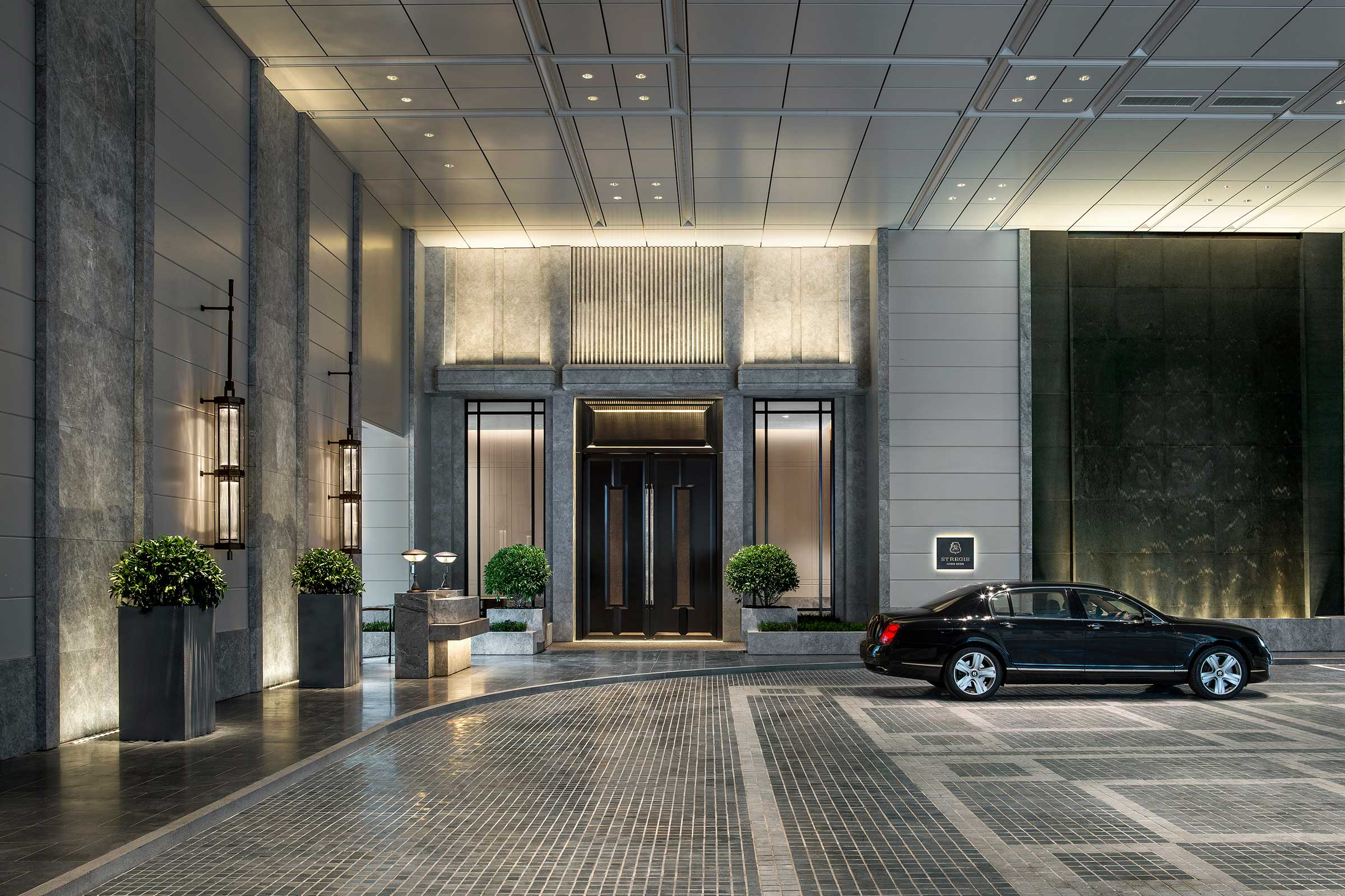 St.-Regis-Hong-Kong,-Porte-Corchere,-Bentley.jpg