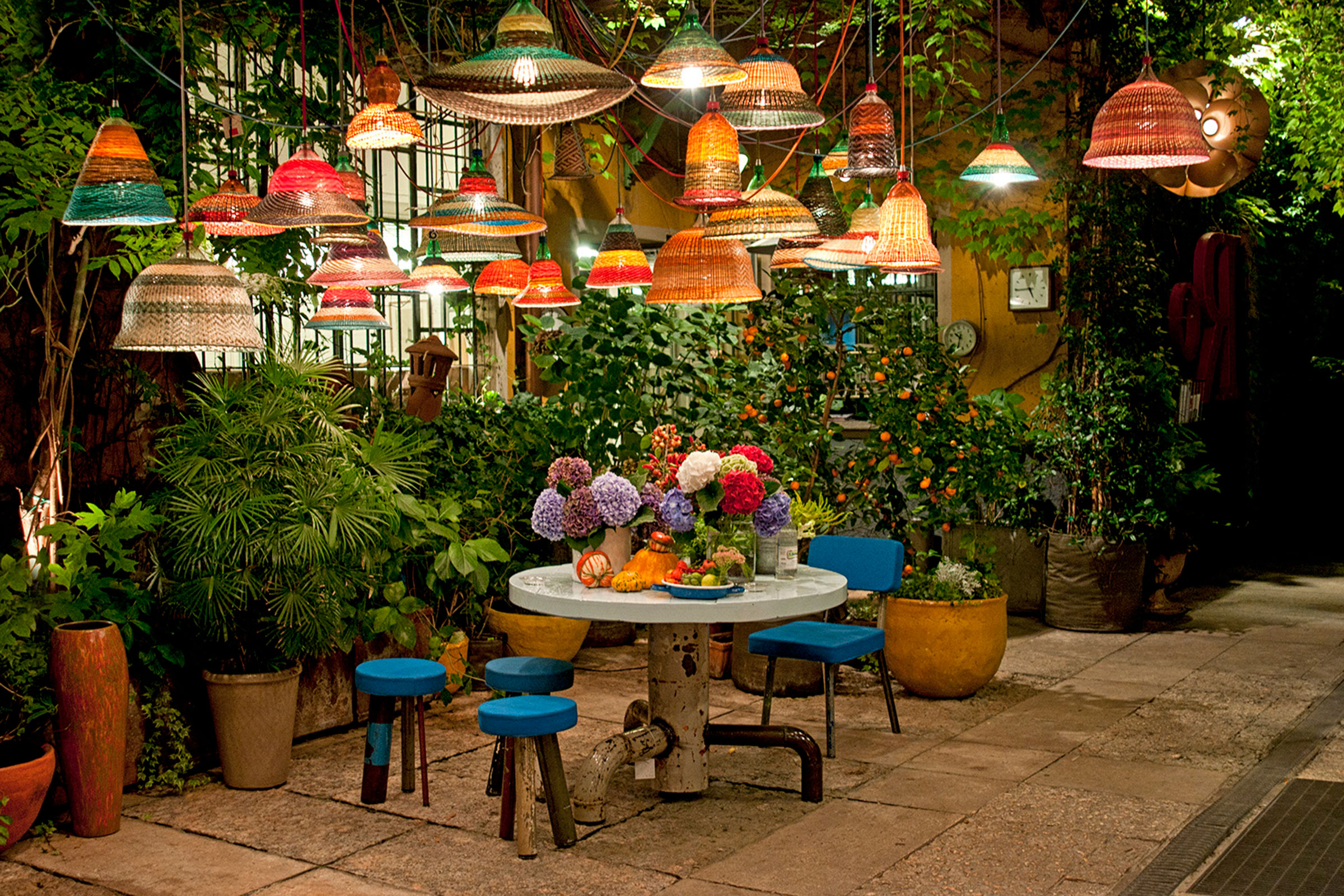 The courtyard at Galleria Rossana Orlandi. Image courtesy of Galleria Rossana Orlandi