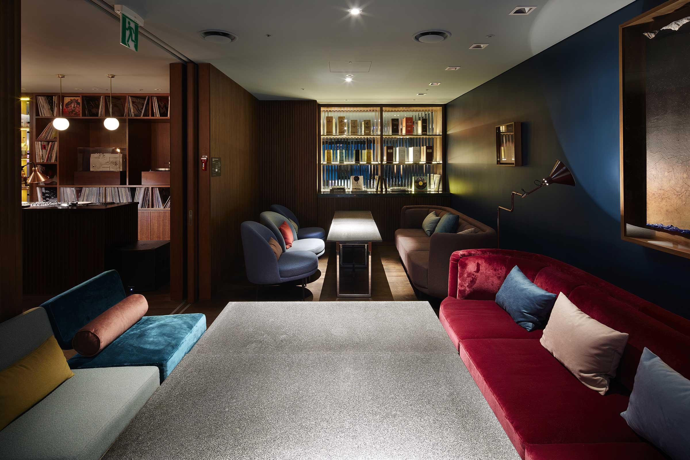 RYSE_15F_SideNoteClub_Couch.jpg