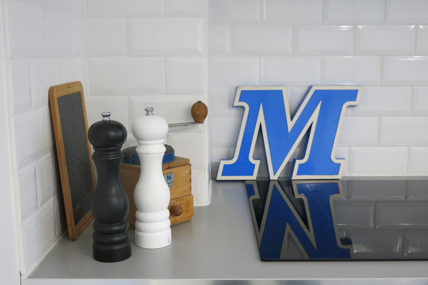 Lettre en plastique M chez    Art-design-etc    3 Rue Bussy l'Indien -13006 Marseille.