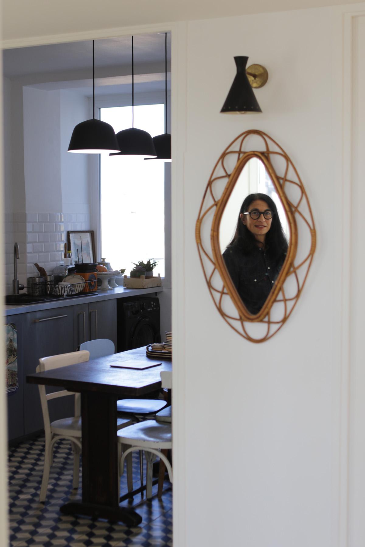 Suspensions noir mat    Ambit de Muuto    acheté chez Good 19 Rue Venture -13001 Marseille.    Applique noire Igor et Abi Puces de Marseille.    Miroir en rotin Pascal Cuello Brocante Canebière.