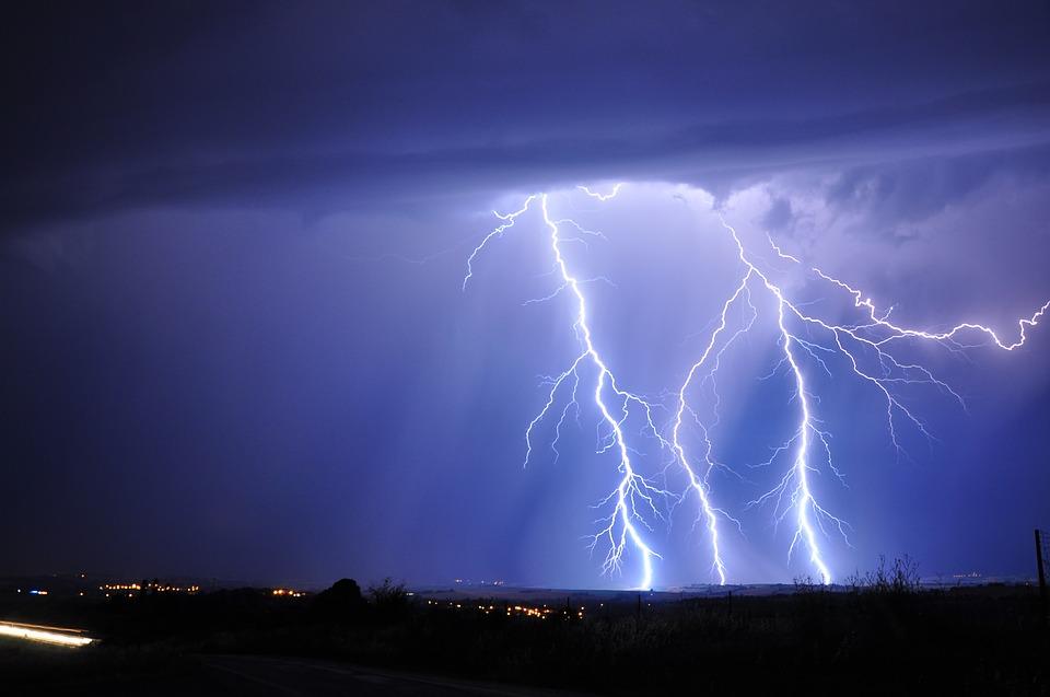 lightning-3020873_960_720.jpg