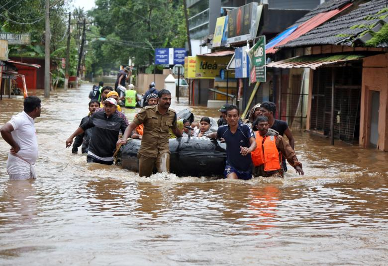 Rescuers evacuate people from a flooded area to a safer place in Aluva, August 18, 2018. REUTERS/Sivaram V