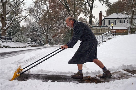 Richard Burst clears snow from his driveway on Nov. 15, 2018 in St. Louis.Robert Cohen / St. Louis Post-Dispatch via AP