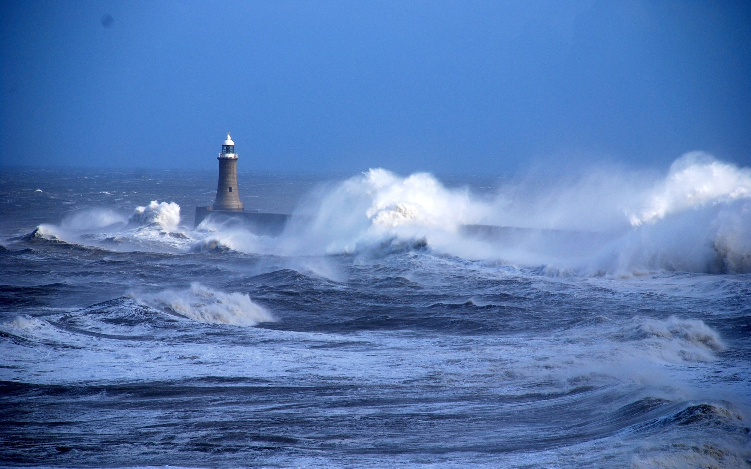 Sea-storm-waves-lighthouse_2880x1800.jpg