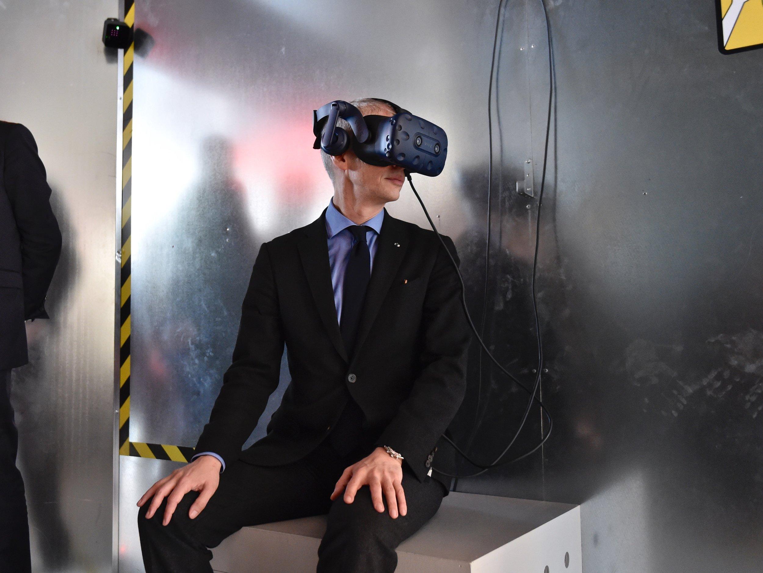 Le Ministre de la culture Franck Riester essayant le dispositif Universal war One VR