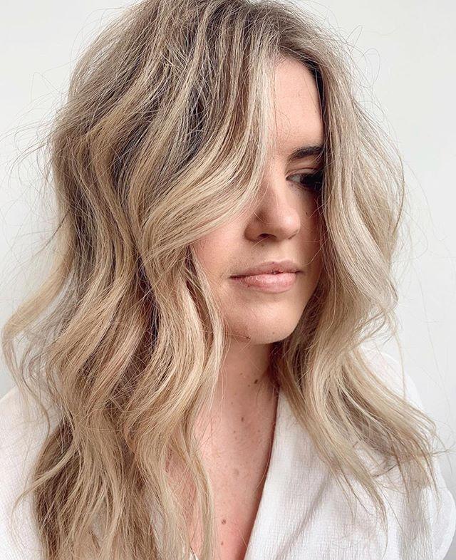 Easy like Sunday mornings🧡 Hair by @hairbymichaelahowie #ariandblair #ariandblairsalon #calgarysalon #calgaryhair #yychairstylist #blondehair #beachwaves