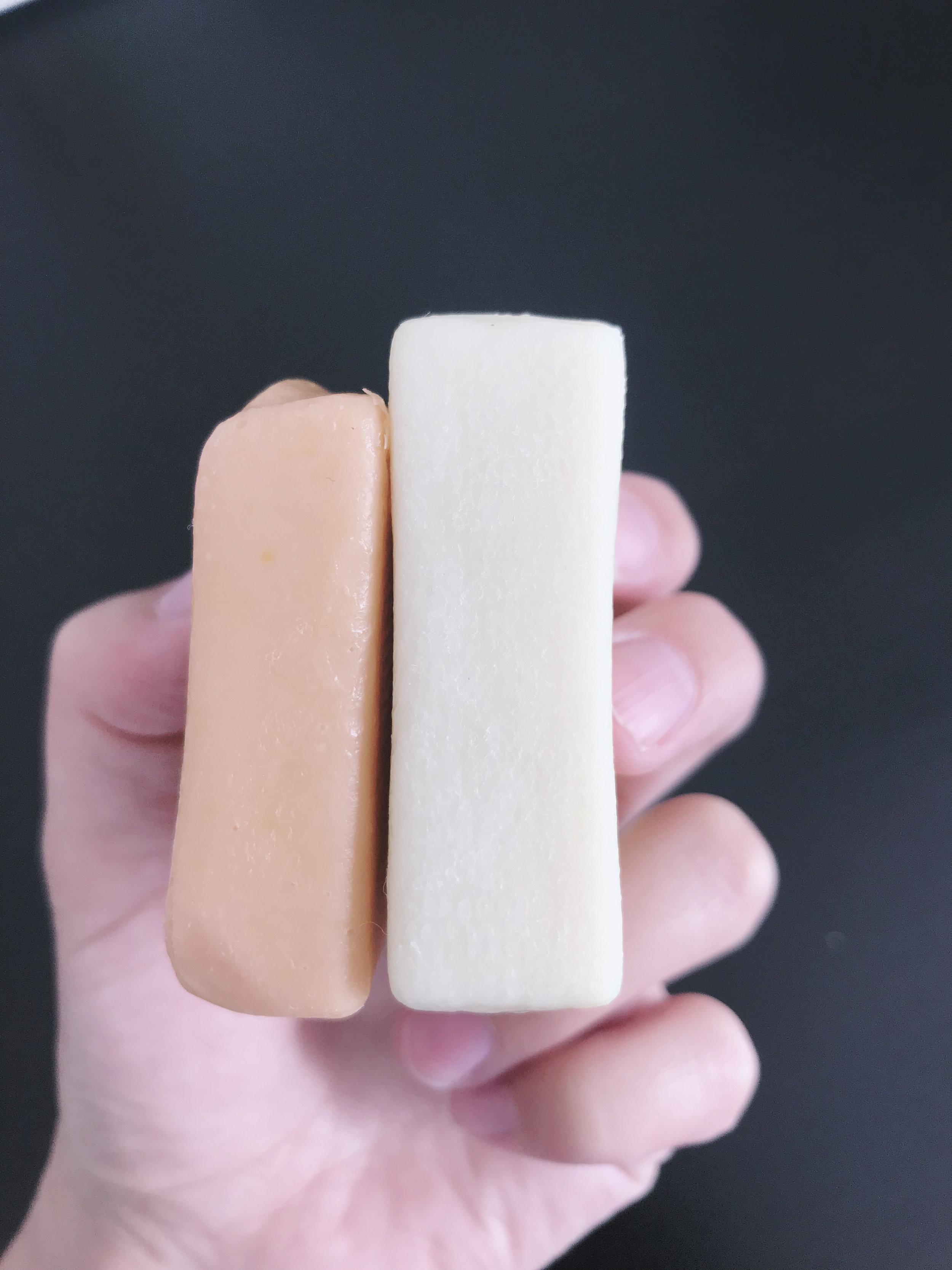 Différence entre les barres de savons quand celle pour le corps a fondu durant la nuit dans la douche