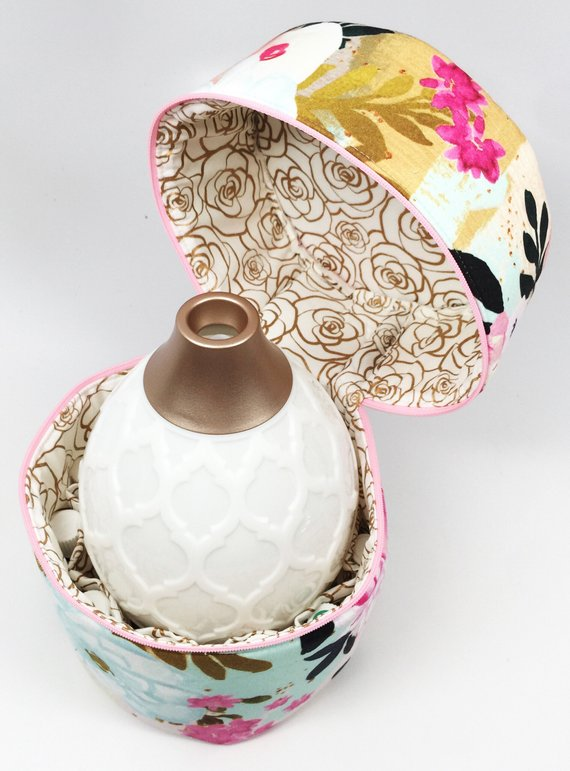 Do you want to keep your diffuser with you while you travel?! The bags from Baggage & Company make that possible... and pretty!