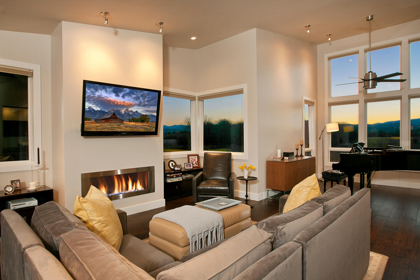 Living room with views towards the moutain range