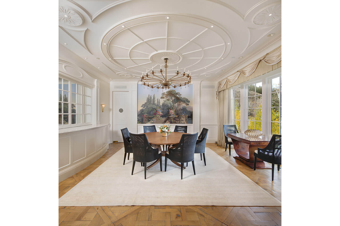 Dining room with architectural mouldings on ceiling