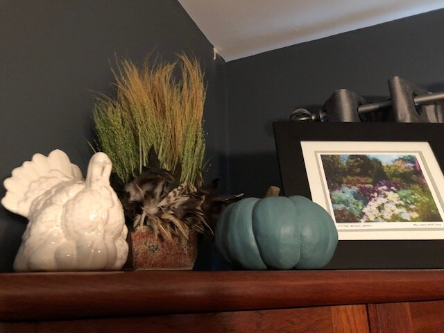 Mary Ellen proves that even cool-toned colors like blue can look autumnal with the right decor!