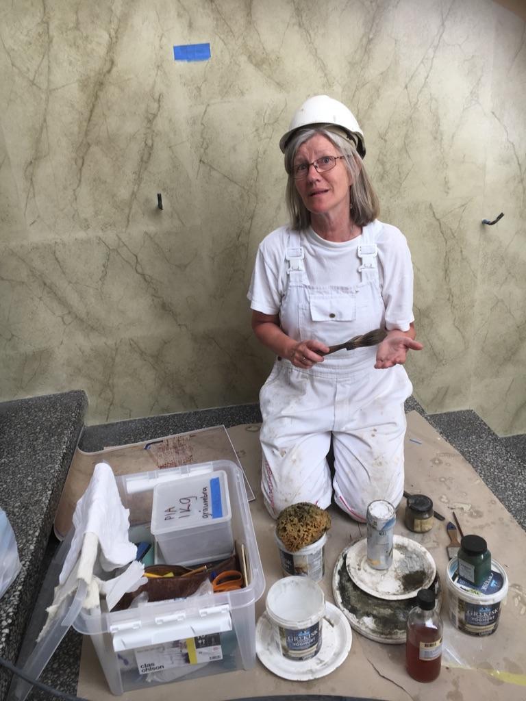 I trappehallen med pigment, oljer og utstyr til marmorering. Foto: Grethe Unstad