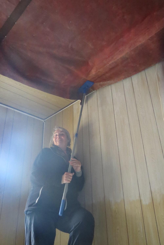 11. Astrid held lerretet oppe med ein mopp ....jpg