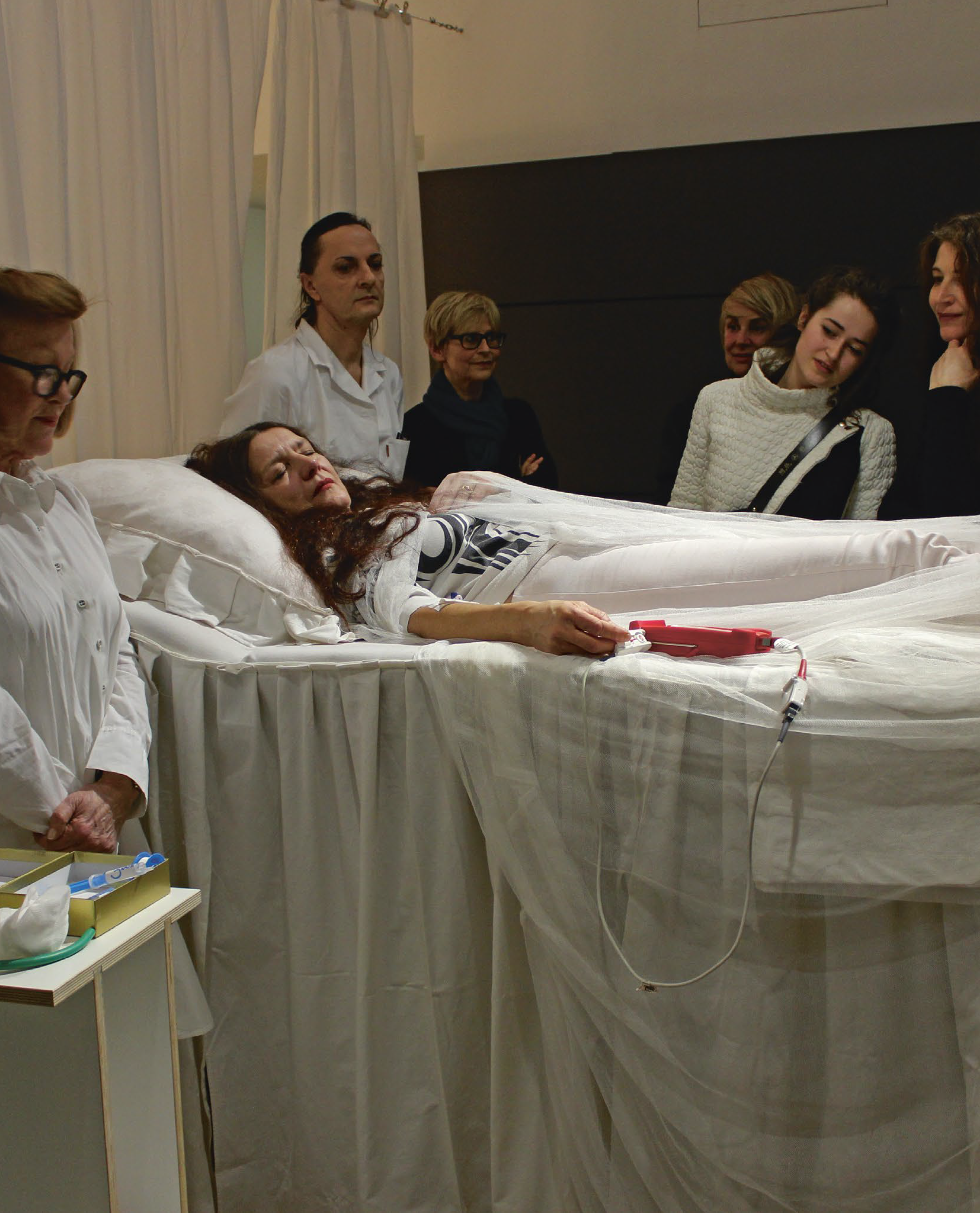 Zeitkunst_Samsonow_The Curator, the Anesthetist, the Artist & her Absence_The Artist as Medic. Elisabeth von Samsonow's Performance The Symptom and the Cure_Stuckey_Seite_19.png