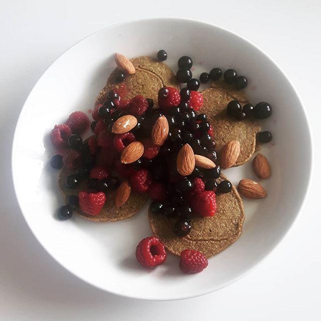 Those healthy breakfasts! When dancing full-time it's good to start your day with a nutrient rich and fresh meal. These pancakes include oats and egg blended, with just some spices and a lot of berries and almonds on top. OH YES! Have a beautiful rest of the week! 🤗  Terveellinen aamiainen! Kun tanssit täysipäiväisesti on hyvä aloittaa aamu ravinnerikkaalla, tuoreella aamiaisella. Näissä letuissa on kaurahiutaleita ja kananmunaa blendattuna, mausteita ja paljon marjoja ja mantelia päällä. NAM. Ihanaa loppuviikkoa! 🤗  #breakfast #brekkie #aamiainen #healthysnacks #healthyfood #berries #dance #dancers #healthydancers #tanssi #tervetanssija #dancesearchblossom