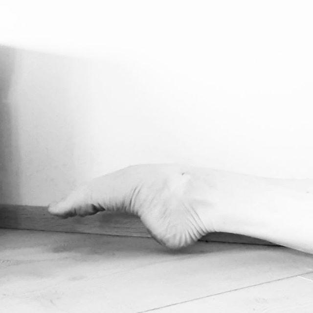 Exercises for dancers' feet 3️⃣ :  These exercises will help you to activate the deep muscles in your feet that you need to support that beautiful arch of your foot (and not only for good looks but for the ideal functioning of it!). When standing and dancing on healthy and strong feet your whole body and movement will benefit from it.  Last but not least, some simple pointing of the foot. The important thing is to point your foot slowly by super focused articulations. Focus on each individual part of the movement to make the intrinsic muscles work. By adding a resistance band you'll be able to add resistance to the movement and challenge those muscles even more. Also, with the band, focus on the slow and focused articulation. Gain strength and control while 😍 enjoying ☀️ the summer!  Jalkaharjoituksia tanssijoille 3️⃣ :  Nämä harjoitukset auttavat parantamaan jalan syvien lihasten voimaa, jotka auttavat jalan pitkittäisen holvikaaren hallinnassa (treeni ei kannata ainoastaan kaaren ulkoisen kauneuden vuoksi, vaan myös jotta jalkaterä voisi toimia ideaalilla tavalla!). Terveillä ja vahvoilla jaloilla seisominen ja tanssiminen heijastuu koko muuhunkin kehoon ja kaikkeen liikkeeseen.  Viimeisimpänä tehdään nilkan ja jalkaterän ojennuksia. Tärkeää on ojentaa jalka hitaasti ja keskittyen liikkeen artikulointiin. Keskity jokaiseen ojennuksen yksittäiseen hetkeen saadaksesi syvät lihakset töihin. Lisäämällä vastuskuminauhan saat liikkeeseen vastusta ja haastat lihaksia työskentelemään vielä kovemmin. Myös kuminauhan kanssa tulee keskittyä liikkeen hitaaseen ja keskittyneeseen artikulaatioon.Lisää voimaa ja kontrollia samalla, kun 😍 nautiskelet ☀️ kesästä!  #dancesearchblossom #dancemedicine #dancemedicineandscience #dancescience #tipsfordancers #dancersfeet #ankles #fittodance #dancerswellness #danceblog #supplementarytraining #functioningfeet #injuryprevention