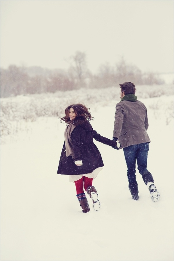 A snowy engagement photo is a fun trend!