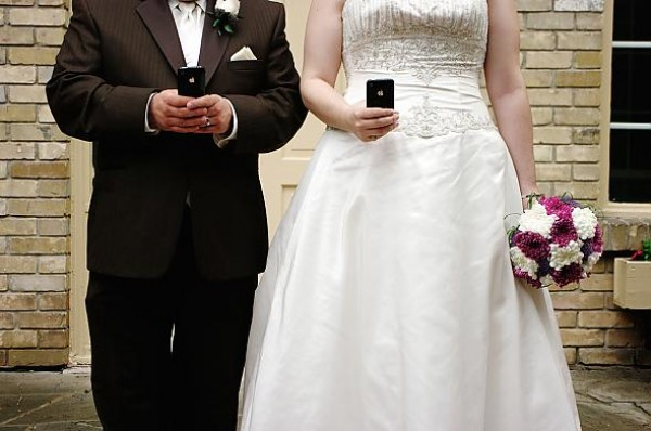 iphone, weddings, technology, social media, wedtiquette, wedding photos, wedding apps, mobile apps, bride, groom
