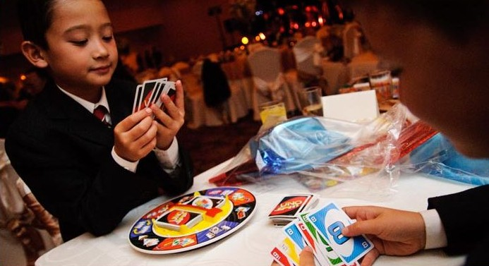 kids-games at wedding uno at wedding kids playing games at wedding wedding party blog